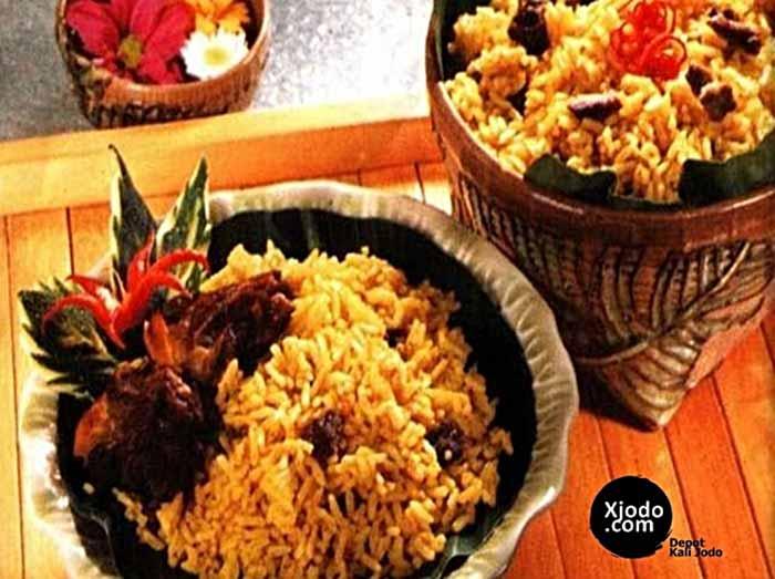 resep nasi kebuli sapi, bumbu nasi kebuli instan, nasi kebuli adalah, resep nasi kebuli kambing ncc, nasi kebuli terdekat, harga nasi kebuli, nasi kebuli bandung, resep nasi kebuli ibu hanna,RESEP LEZAT DARI SANTAN KARA 1 . NASI Kebuli Nasi kebuli Bahan : 1 1/2 kg beras 500 gr daging kambing 200 ml santan Kara 200 ml minyak samin 2 bks bumbu gulai 4 butir bawang merah, iris tipis – 2 Ibr daun jeruk 2 btg daun sereh 2 cm laos 2 cm jahe 3 biji cengkeh 2 Ibr daun salam 1 sdt garam air secukupnya Cara membuat: Tumis irisan bawang merah dengan minyak samin. Masukkan daging kambing, lalu tambahkan air secukupnya , Tunggu sampai matang, masukkan bumbu lainnya Masukkan beras yang sudah dicuci dan santan Kara. Aduk , rata semuanya. Tunggu hingga setengah matang Pindahkan ke dandang, kukus hingga matang 2 . RESEP LEZAT DARI SANTAN KARA ONDE ONDE ONDE ONDE Bahan Isi (A): 125 gr kacang hijau kupas, rendam semalam, kukus 100 gr gula pasir 100 ml santan Kara + 50 ml air 2 sdm minyak l/4sdtgaram 2 Ibr daun pandan Bahan kulit (B): 250 gr tepung ketan 100 gr gula pasir 100 ml santan Kara + 80 ml air 75 gr kentang rebus, haluskan Bahan C: 100 gr wijen, tambahkan sedikit air spy basah Cara membuat: Blender kacang hijau kukus, gula, dan santan . Masak adonan lalu tambahkan pula minyak, garam dan daun pandan. Masak hingga adonan dapat dipulung/ dibentuk bulat. Bagi rata adonan sampai sejumlah ± 21 butir Aduk bahan kulit sampai rata dan adonan dapat dibentuk Ambil adonan kulit ± 23 gr, lalu isi dengan bahan isi dan dibulatkan Gulingkan diatas wijen basah, kemudian goreng dengan minyak dingin, lanjutkan dengan api sedang Goreng hingga kekuningan sambil terus diaduk-aduk sehingga bentuknya tetap bulat. 3 . RESEP LEZAT DARI SANTAN KARA PUDING JAGUNG NATA DE COCO Puding jagung nata de coco Bahan : Untuk warna kuning bks agar-agar putih 40 gr gula pasir 8 sdm jagung kaleng 100 ml santan kara 75 ml air 72 butir kuning telur 1 Ibr daun pandan garam secukupnya pewarna kuning Untuk warna hijau : 